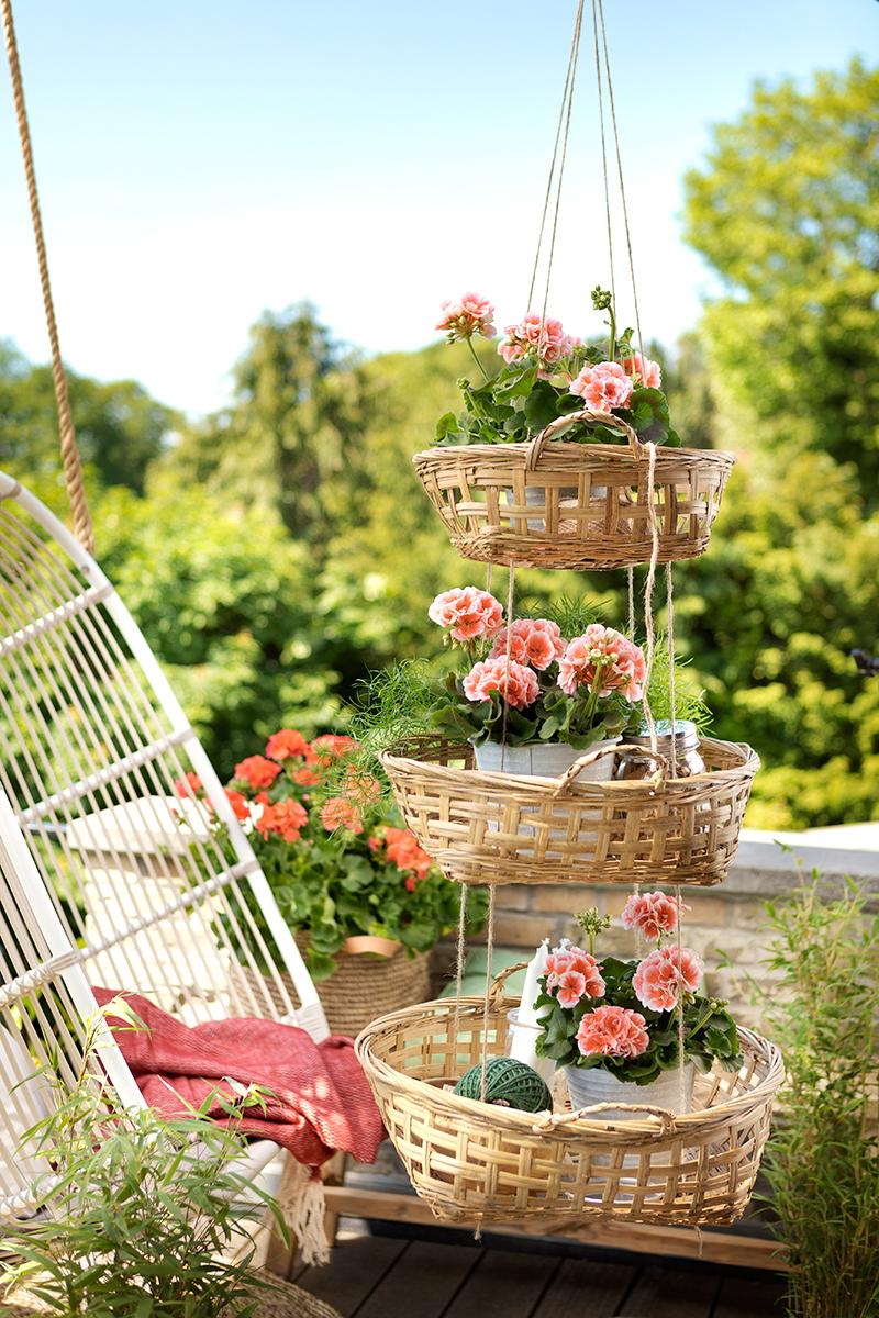 Ampel och hängande stol på balkong