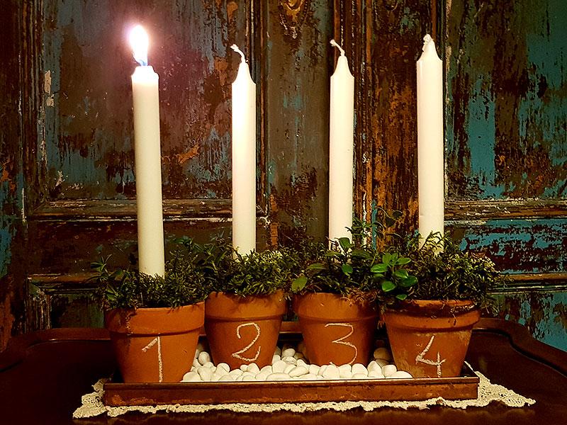 Adventsljusstake av lerkrukor med mossa i