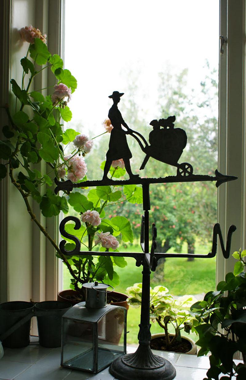 Köksfönster med siluetter