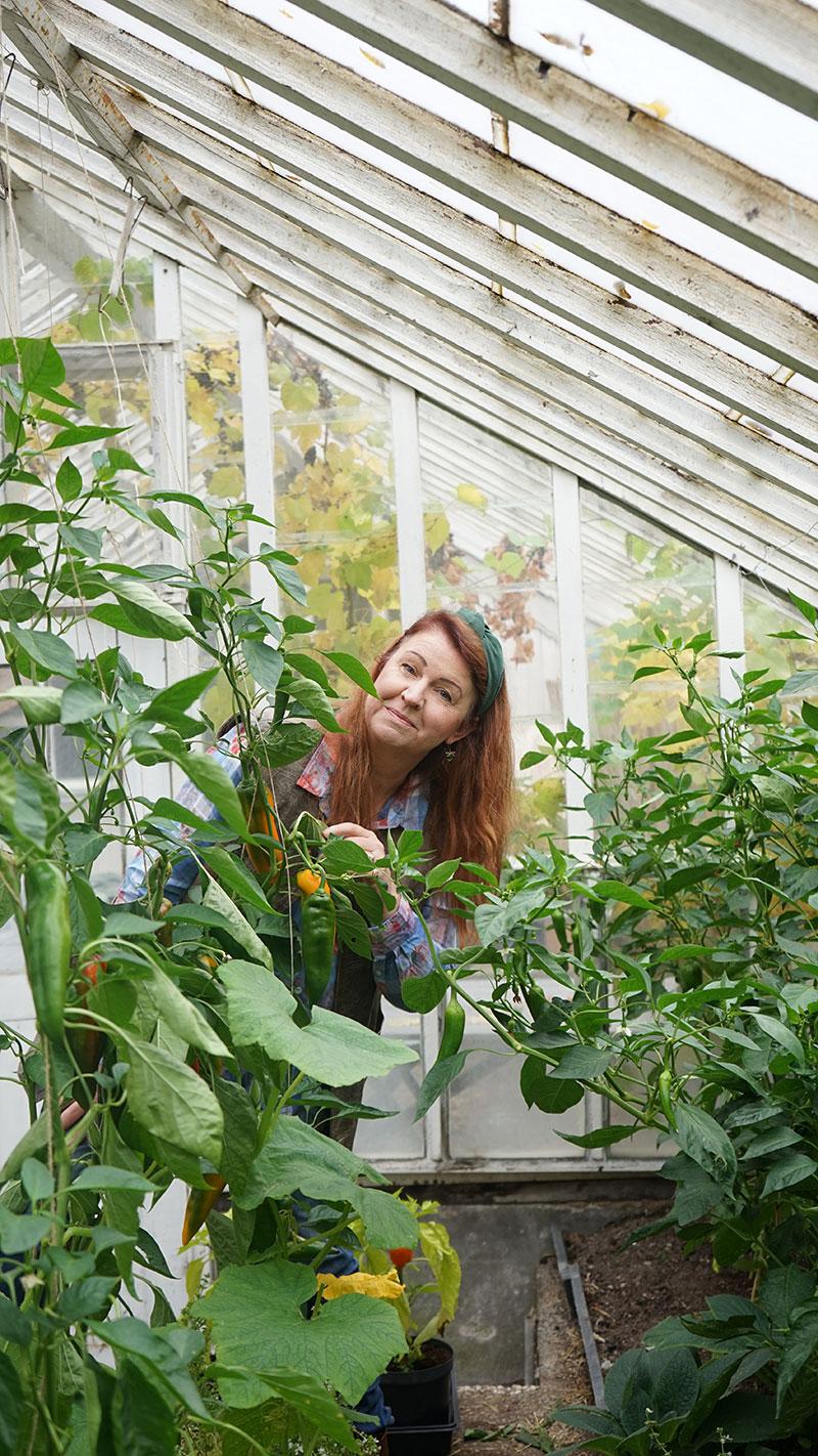 Lena Ljungquist i växthuset