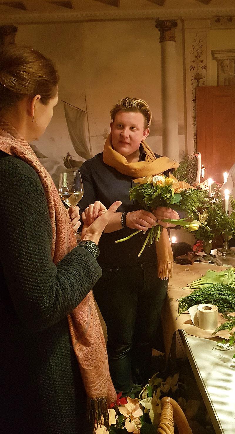 Karl Fredrik från Eklaholm visar arrangemang med julstjärnor