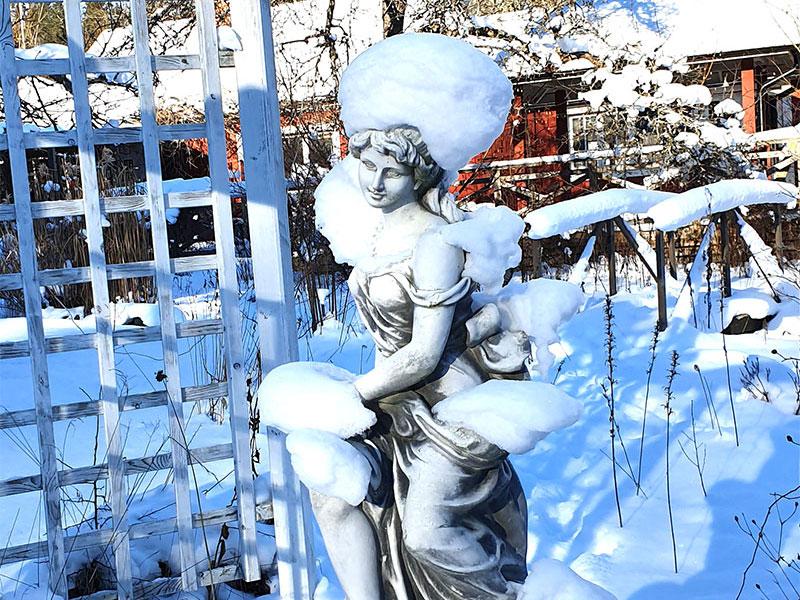 Trädgårdstanten har fått en badmössa av snö
