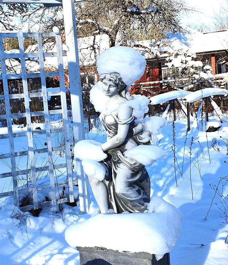 trädgårdsstaty med snö på