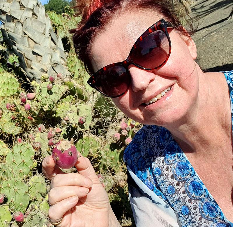 Lena hittar kaktusfrukter
