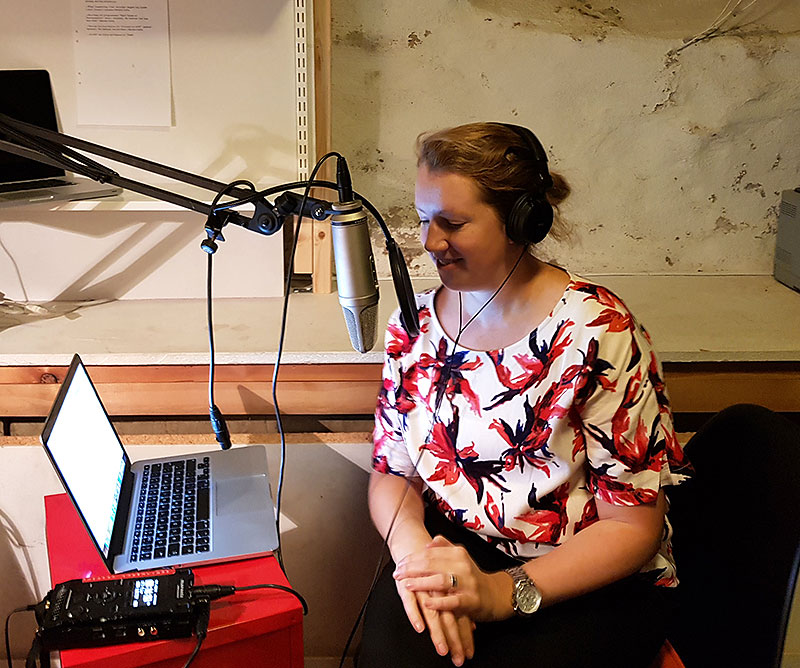Therese Silvervinge vid mikrofonen - trädgårdspodden
