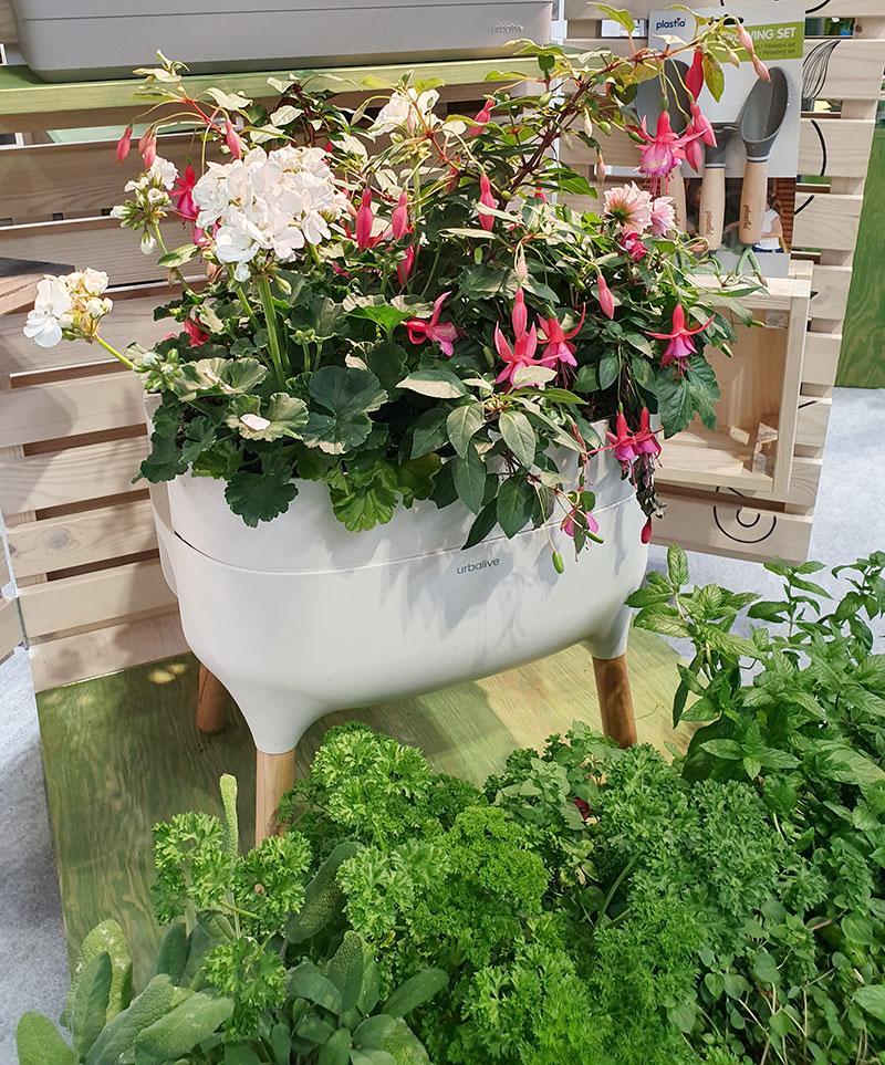 Maskkomposten UrbaLive med blommor planterade i översta lådan