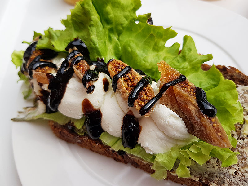 Smörgås med färsk getost och soltorkade fikon