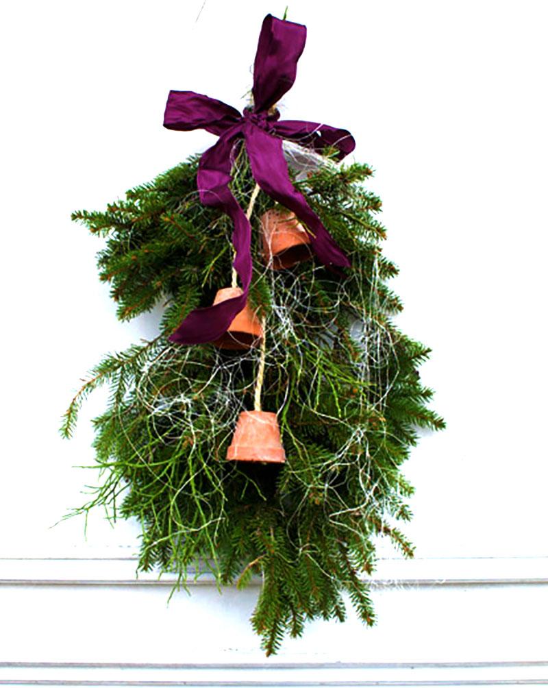 Juldekor på dörren med granruska och bärris