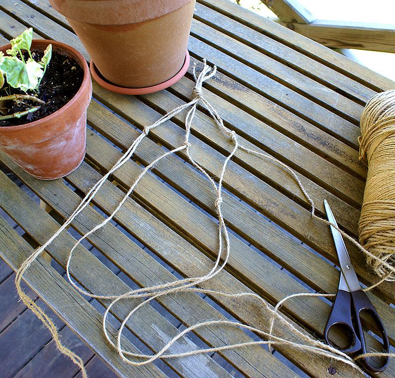 Knyt en repampel till krukväxten, steg 2