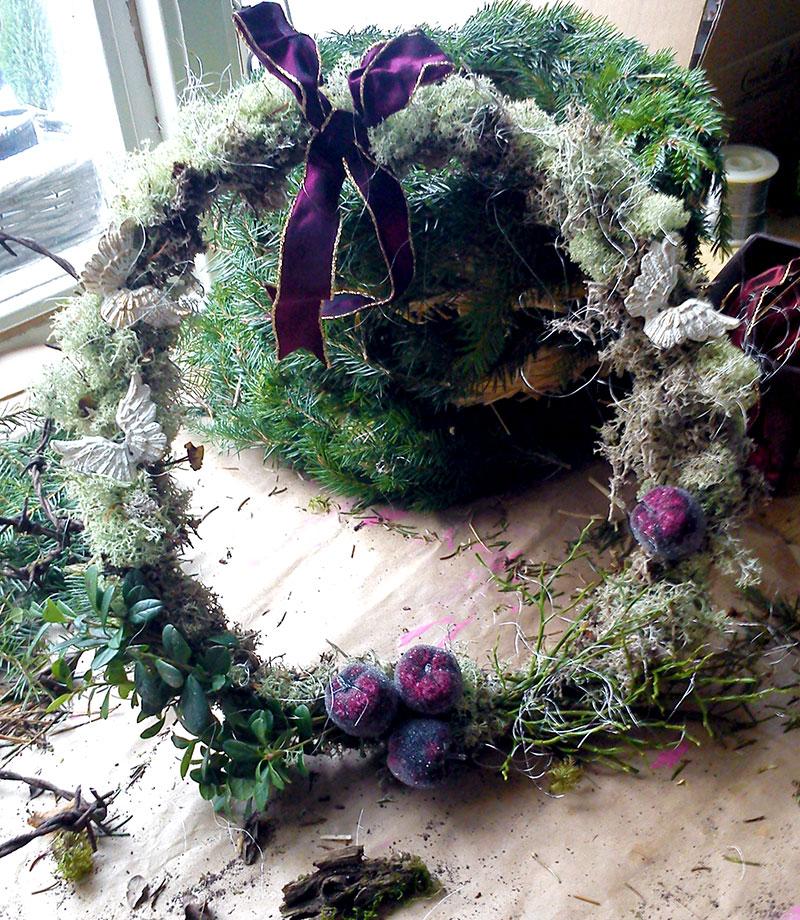 Julkrans med mossa och lila band