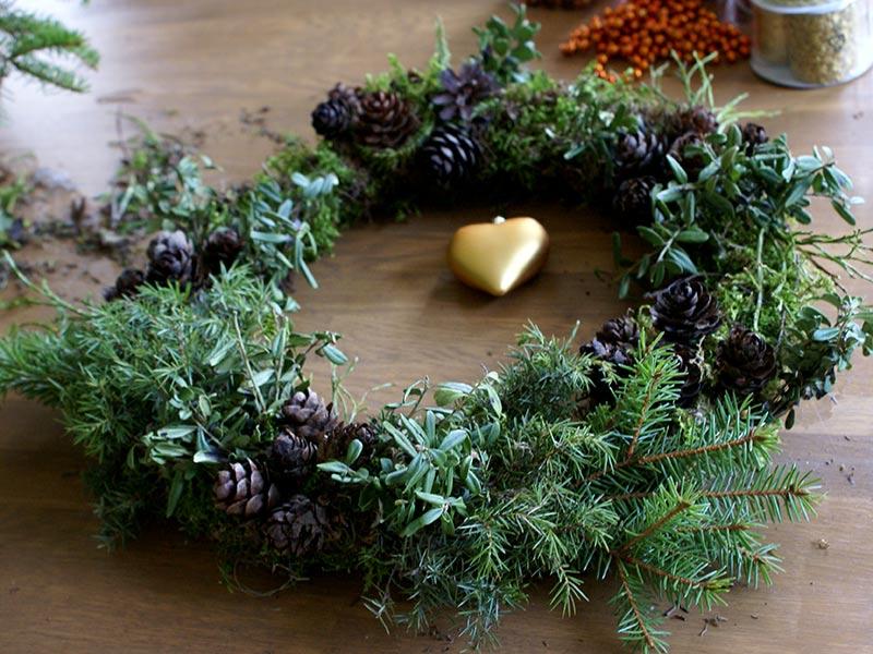 Gör en krans till jul av ståltrådsgalje, mossa och kottar