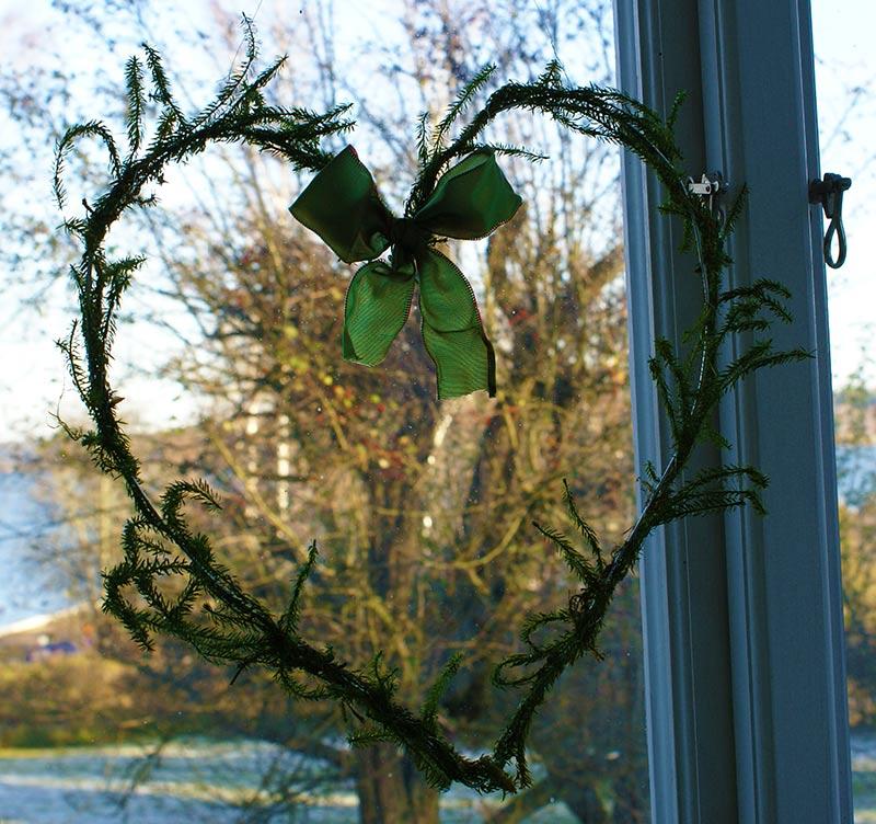 Krans i hjärtform gjord av kemtvättgalje