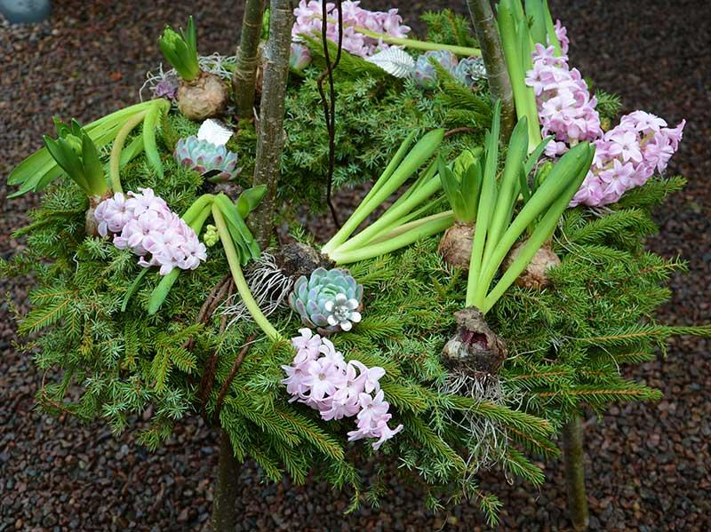 Granriskkrans utomhus med hyacinter