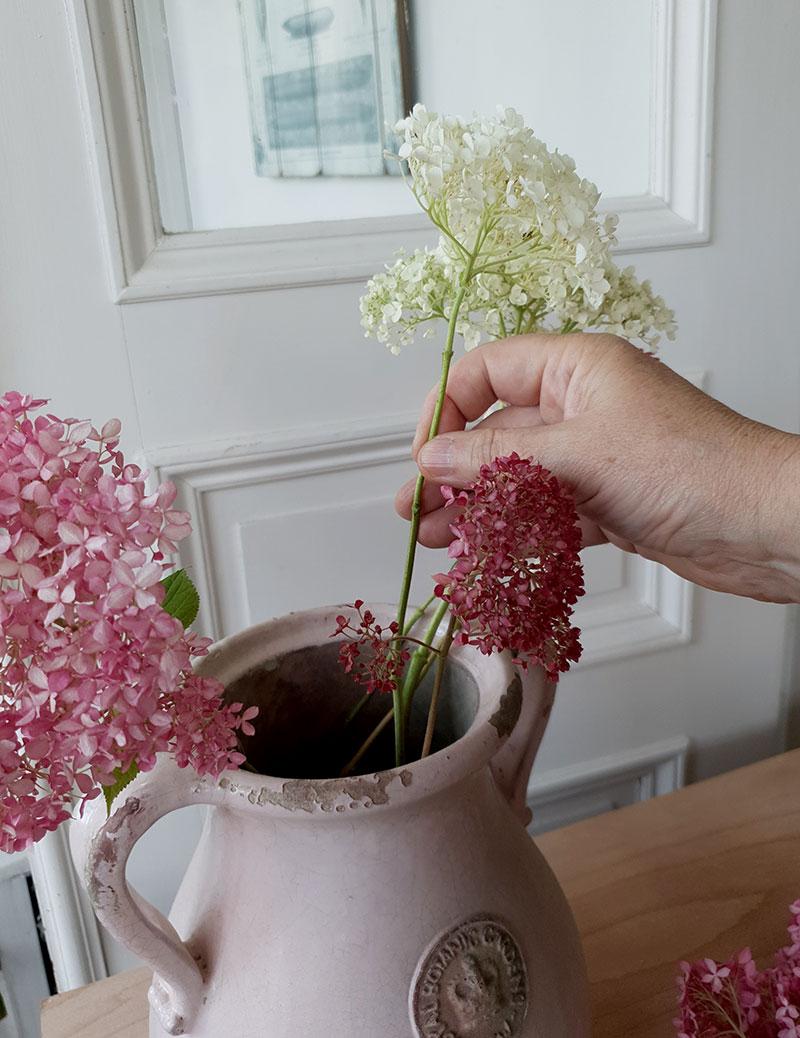 Arrangemang av hortensiablommor i en vas