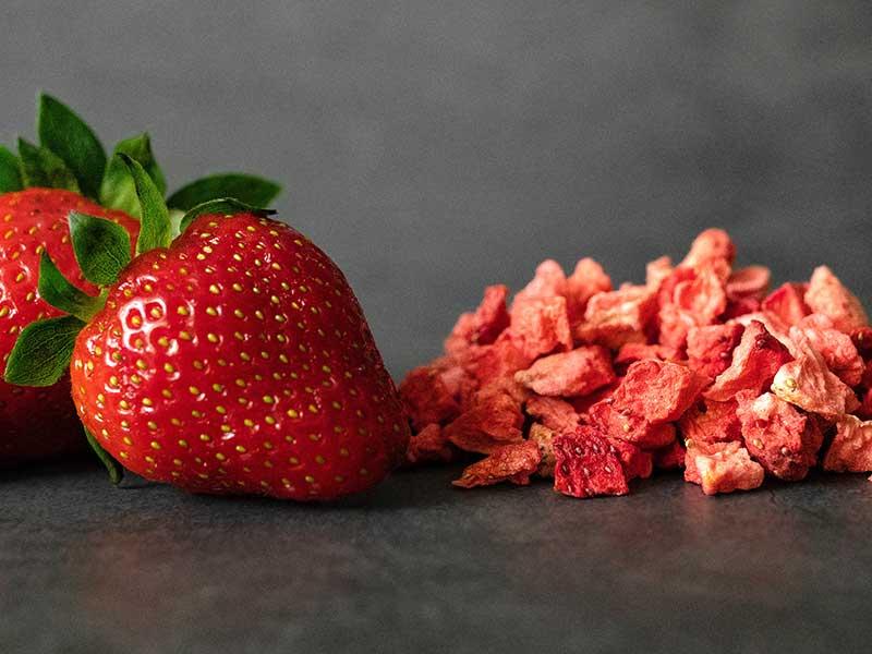 Torkade skivor av jordgubbar
