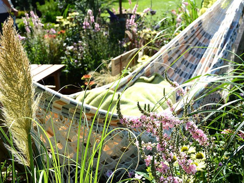 Hängmatta i trädgården på sommaren