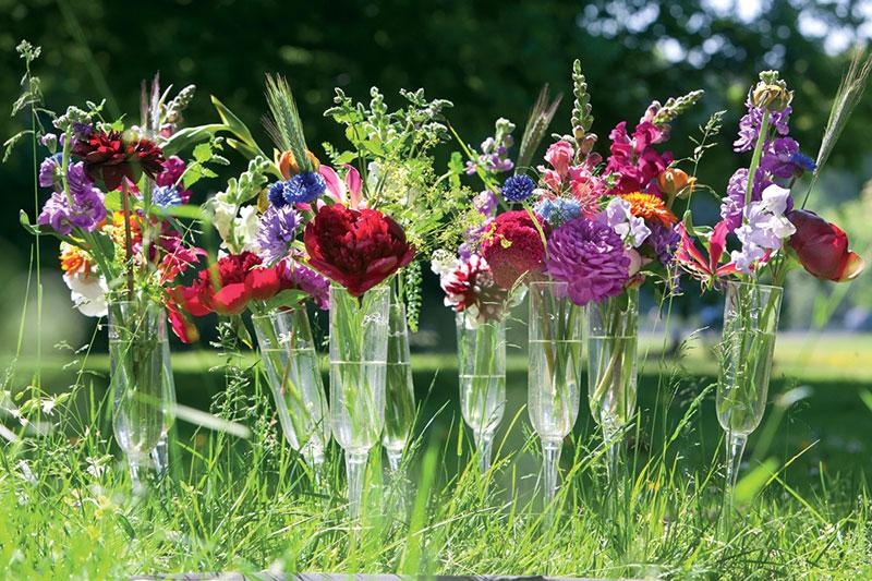 Blommor i små vaser