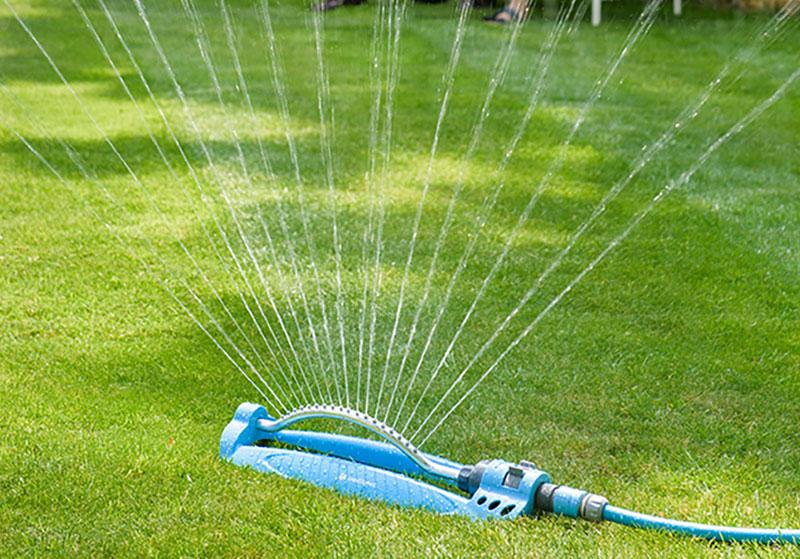 Bevattning av gräsmatta med Flopro vattenspridare