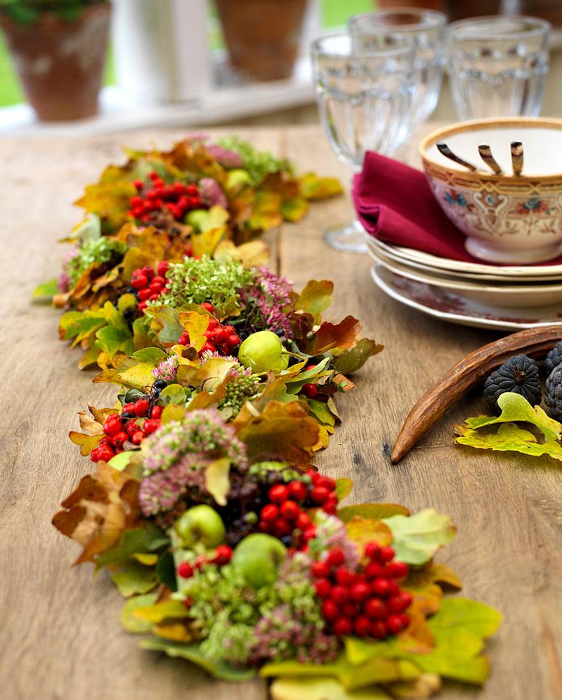 Bordsdekoration av blad och blommor i september