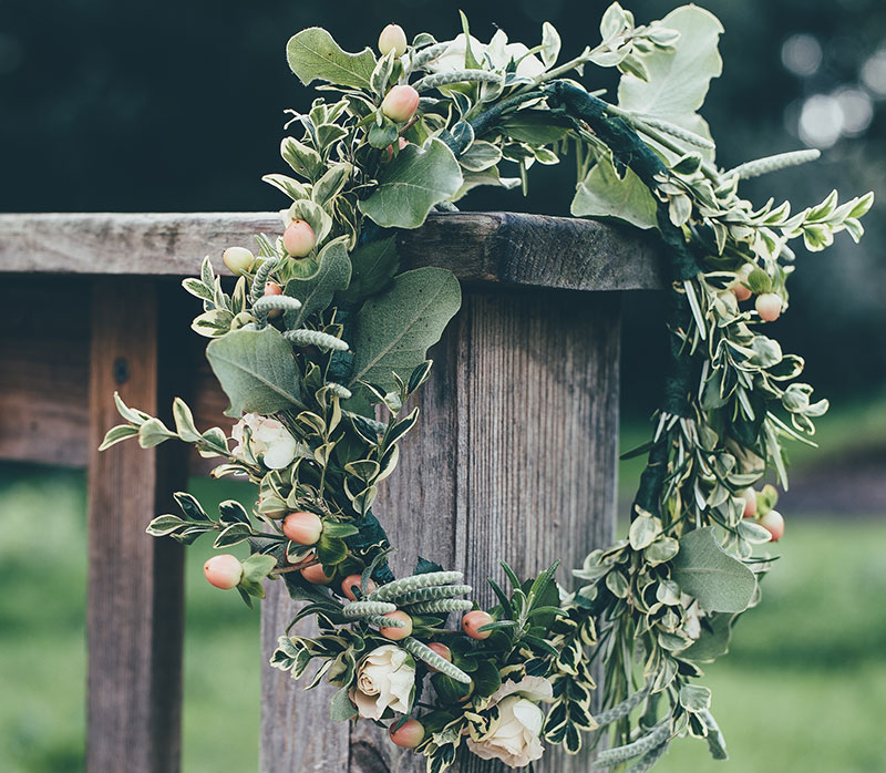 Krans till alla helgons dag med vintergröna växter