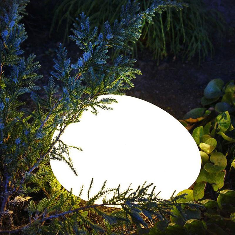 Ljusägg i trädgårdens rabatt