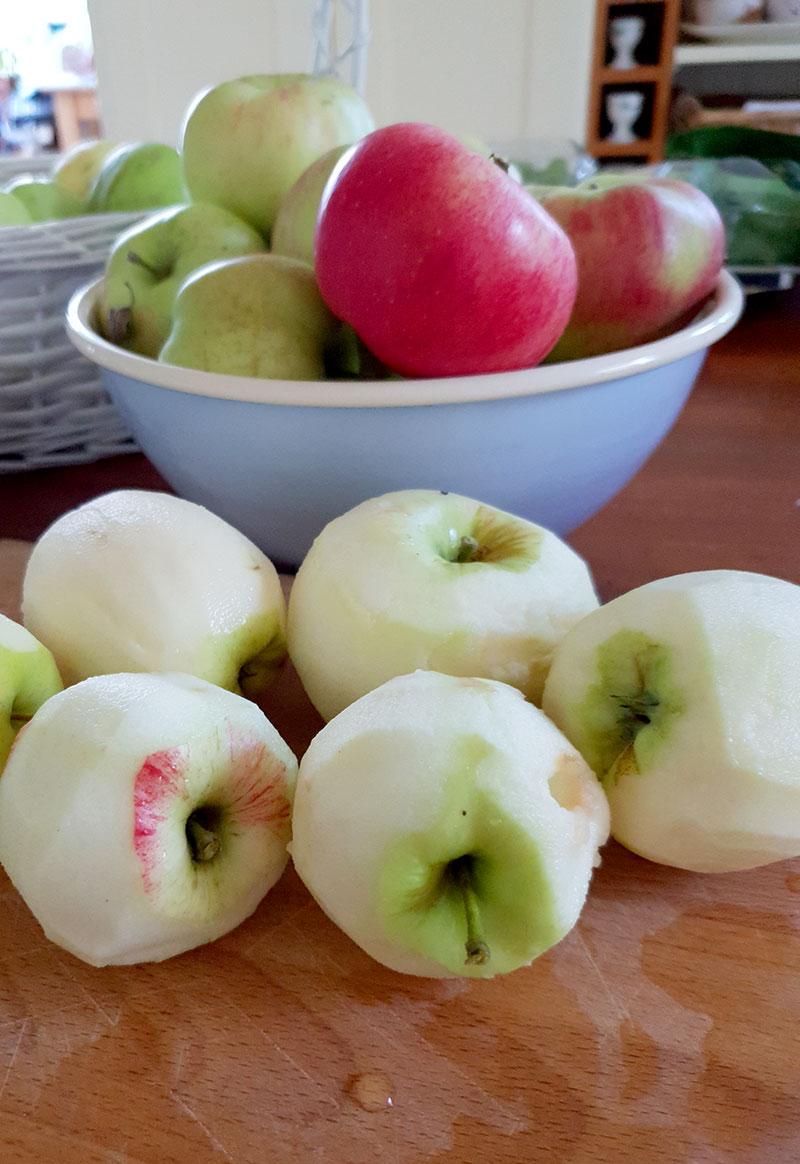 Skalade äpplen till äppelpaj