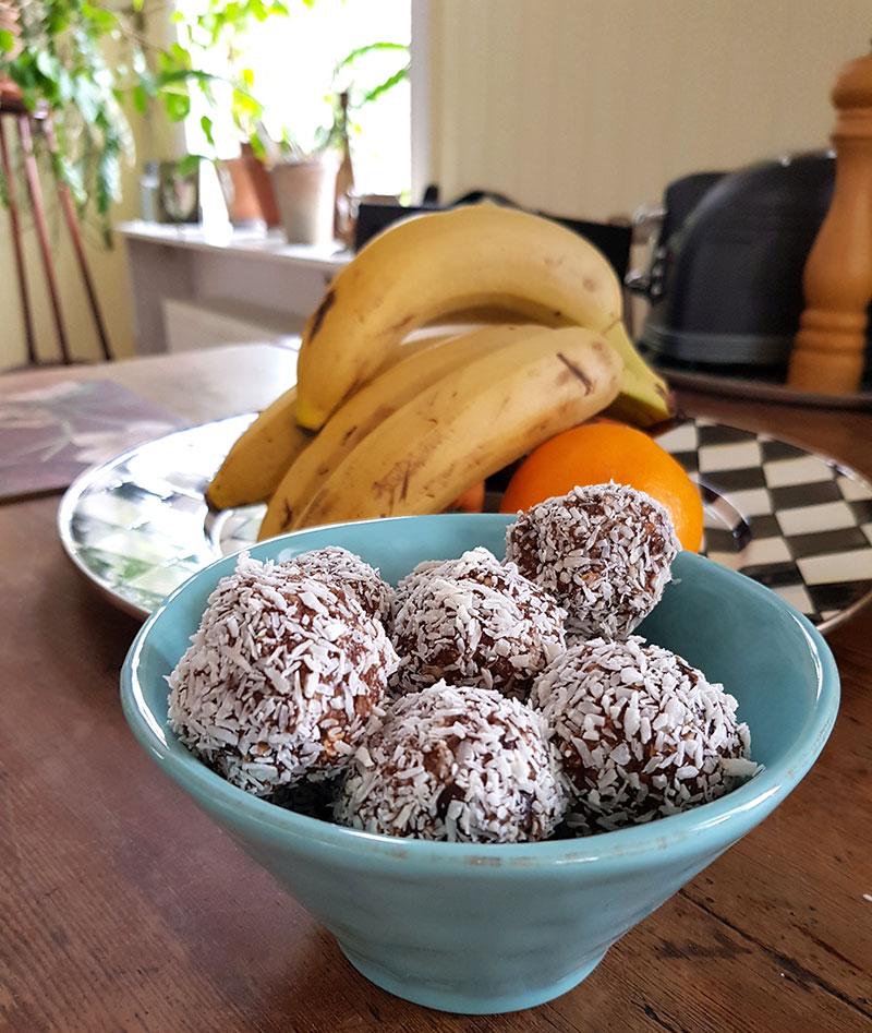 Dadelbollar med kokos och choklad