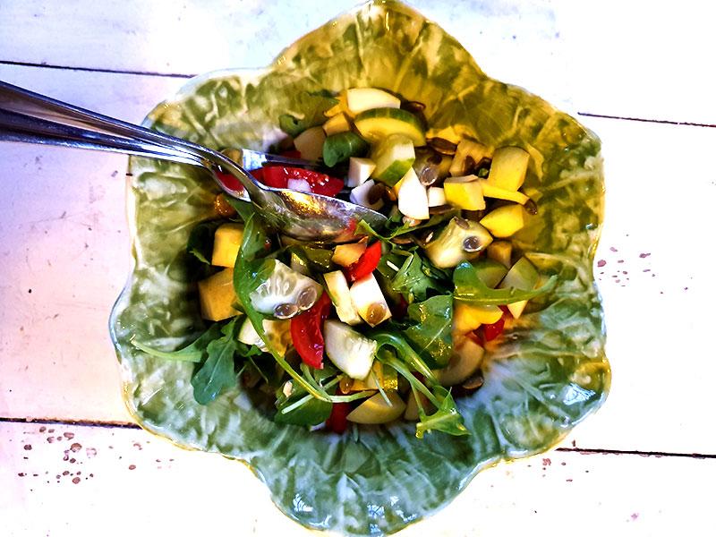 Recept på sidosallad med äpple i
