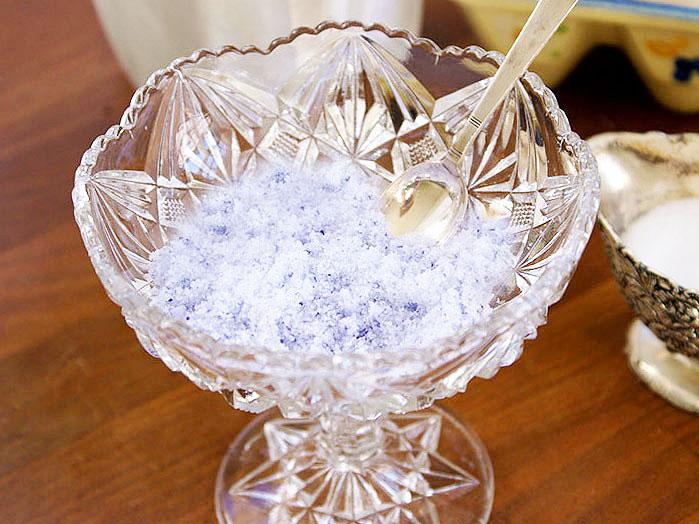 Mixat violsocker i glasskål