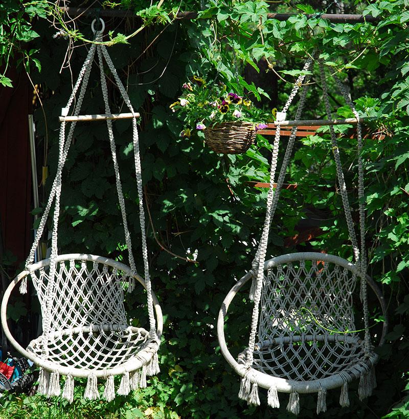 Hängstolar i trädgård på sommaren