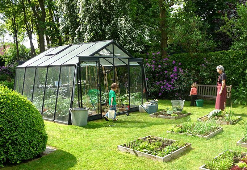 Växthus Attac i trädgård