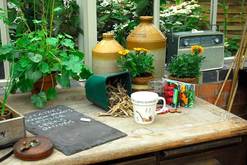 Hemmagjord arbetsbänk i växthus