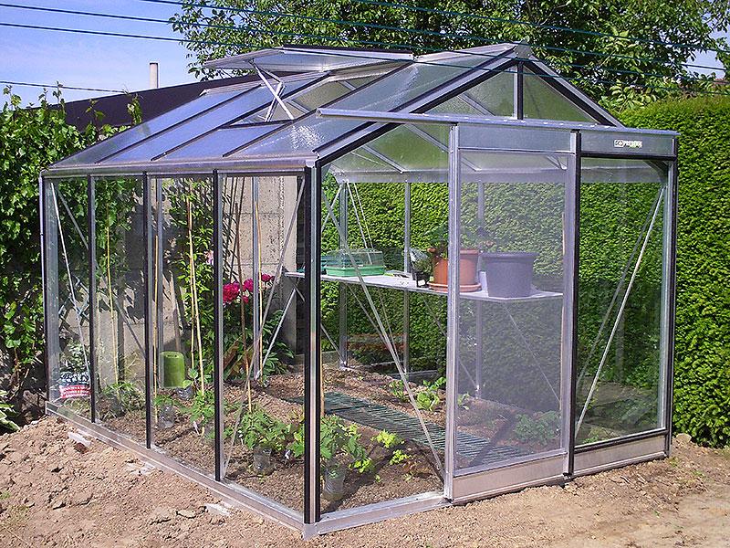 Vaxthus som förbereds för vårens odlingar