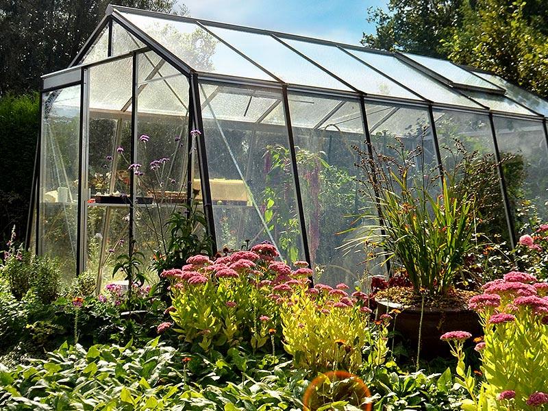Växthus med lutande sidor för extra stabilitet
