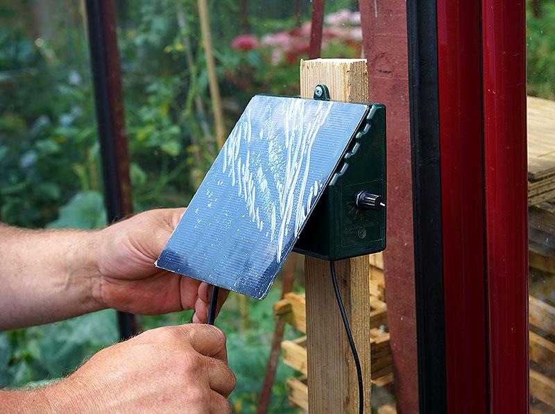 Enheten med solpanel på Irrigatia monterad utanför växthuset