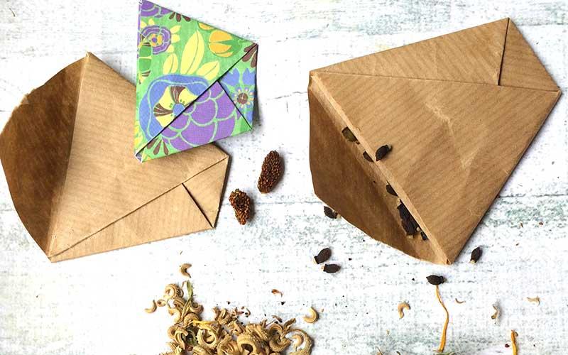 Vikta papperskuvert till frön