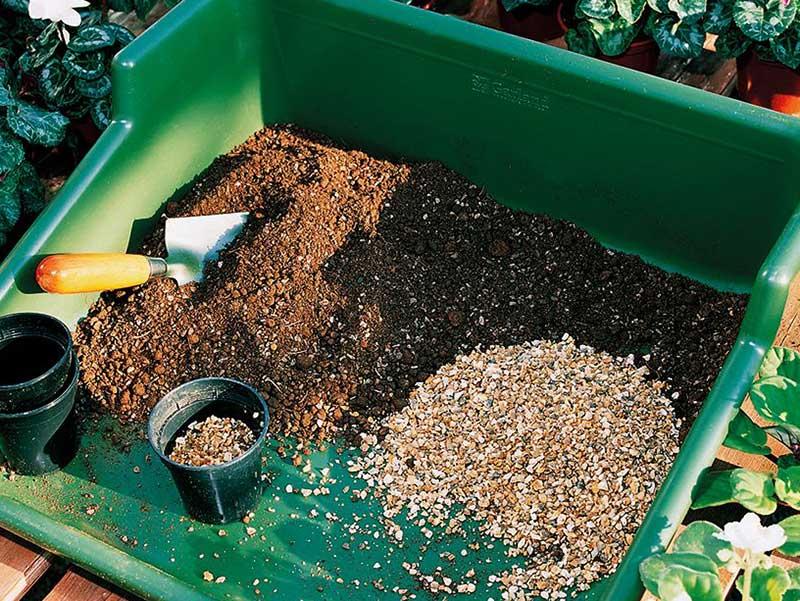 Hemmagjord blandning av jord till krukväxter
