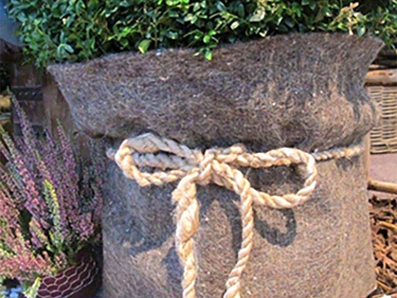 Vinterskydd av växter i kruka och på friland med kraftig fiberduk
