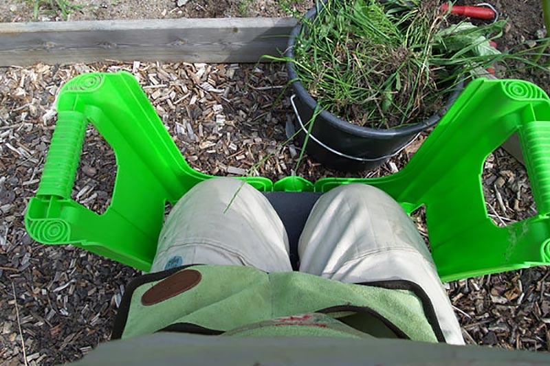 Trädgårdspall för bekvämare ogräsrensning