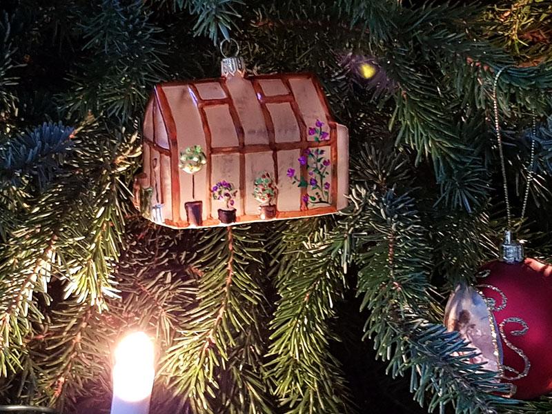 Julgran med julgransprydnad i form av ett växthus