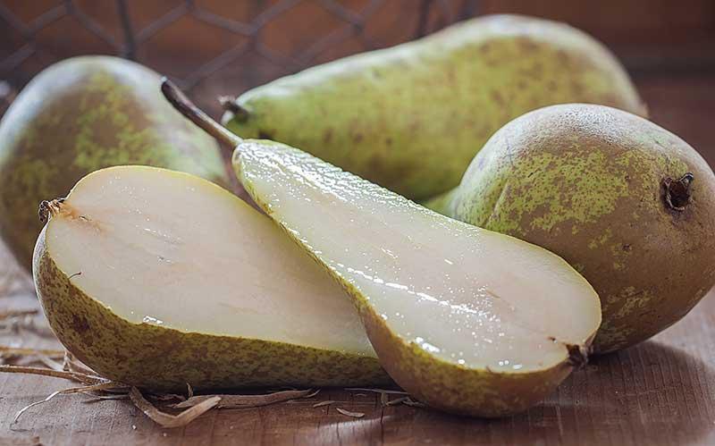 Halverat päron till ostbricka