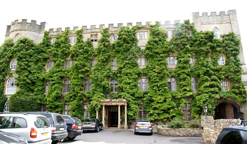 Blåregn klär hela fasaden på hotellet i Taunton i England