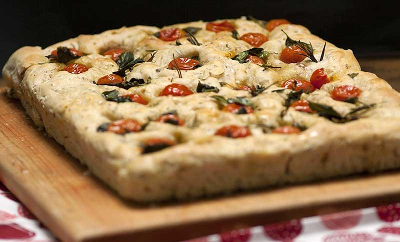focaccia med oregano oliver och tomater