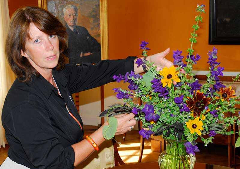 Florist visar buketter som odlats vid Waldemarsudde