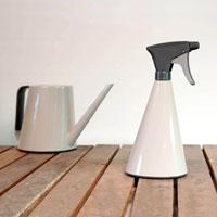 Loft sprayflaska och vattenkanna i glansigt silkesgrått