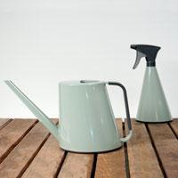 Loft vattenkanna och sprayflaska i glansig salviagrön