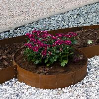 Blomplantering med cirkelformad planteringkant