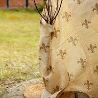 Mönstrad juteväv för vinterskydd av växter