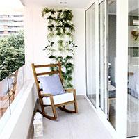 gröna växter i vertikalodlings på balkongen