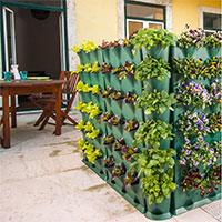 Minigarden Corner  planterad tillsammans med Minigarden Vertical på terrassen